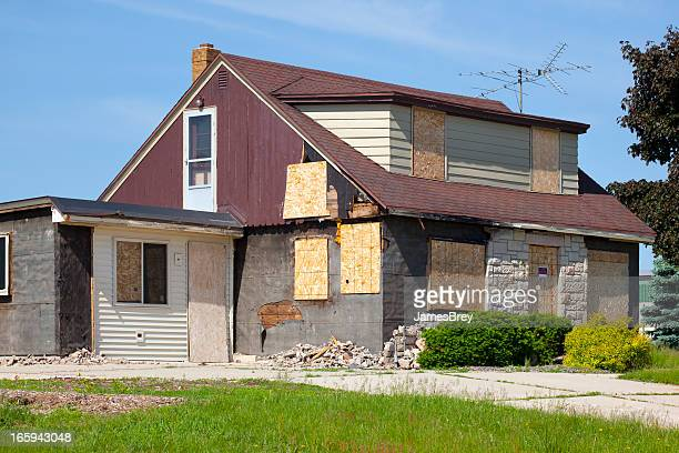 Dañado destruido abordado de abandonado House