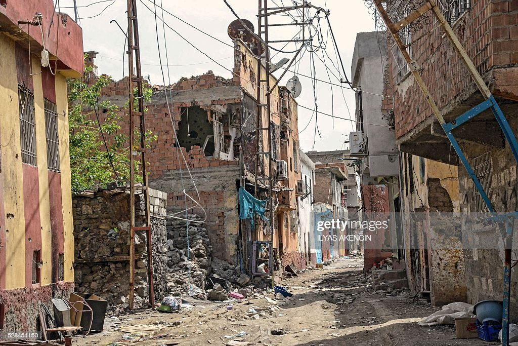 Damaged houses are pictured in the historical district in Diyarbakir, southeastern Turkey, on May 5, 2016, following clashes between Turkish forces and Kurdish militants. / AFP / ILYAS