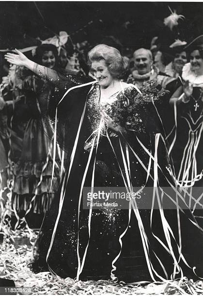 Dame Joan Sutherland on satge at her farewell at the Sydney Opera House 901002