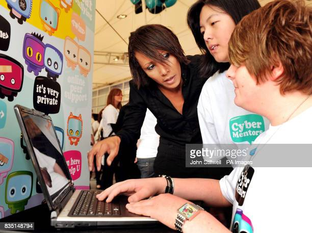 Dame Kelly Holmes the Olympic double Gold Medallist views the Cyber Mentors website with two young mentors at the launch of the site to tackle...