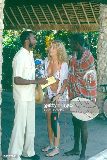 'Traumschiff' Folge 10 'Damenbesuch' Episode 1 Kenia/Afrika Schauspielerin Urlaub Speer Schild Taucherflossen Hut Promis Prominente Prominenter