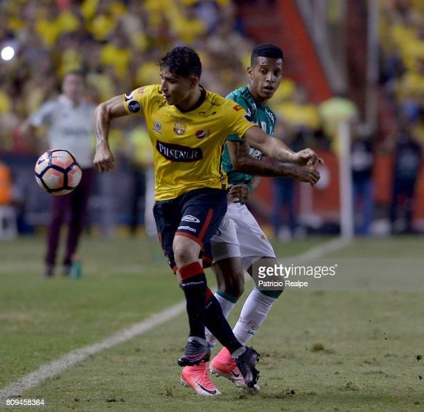 Damian Diaz of Barcelona fights for the ball with Danilo Neves of Palmeiras during a first leg match between Barcelona SC and Palmeiras as part of...