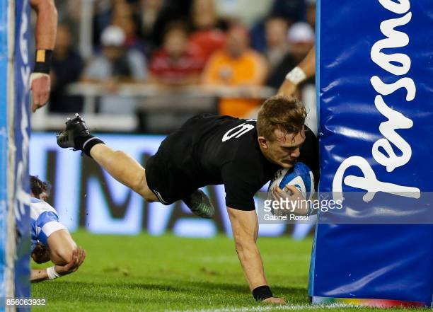 Damian McKenzie of New Zealand scores a try during a match between Argentina and New Zealand as part of Rugby Championship 2017 at Jose Amalfitani...