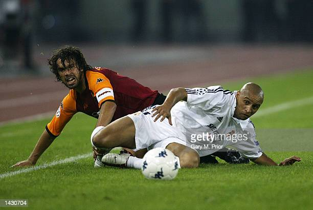 Damiano Tommasi of Roma tangles with Roberto Carlos of Real Madrid during the UEFA Champions League First Phase Group C match between AS Roma and...