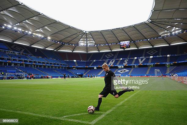 Damien Duff practices a corner during the Fulham training session ahead of the UEFA Europa League final match against Atletico Madrid at HSH Nordbank...