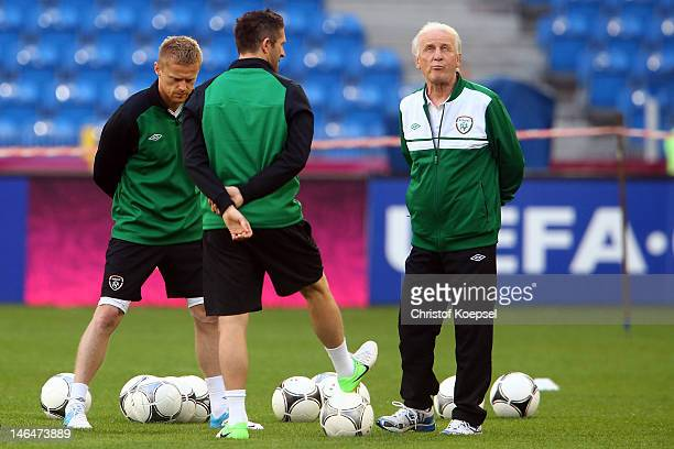 Damien Duff Robbie Keane and head coach Giovanni Trapattoni of Ireland talk during a UEFA EURO 2012 training session at the Municipal Stadium on June...
