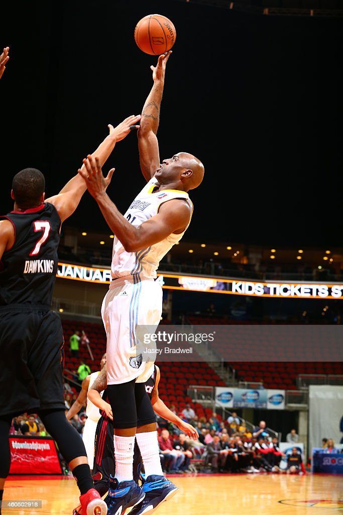 <a gi-track='captionPersonalityLinkClicked' href=/galleries/search?phrase=Damien+Wilkins&family=editorial&specificpeople=204651 ng-click='$event.stopPropagation()'>Damien Wilkins</a> #21 of the Iowa Energy shoots the ball against <a gi-track='captionPersonalityLinkClicked' href=/galleries/search?phrase=Andre+Dawkins&family=editorial&specificpeople=6543120 ng-click='$event.stopPropagation()'>Andre Dawkins</a> #7 of the Sioux Falls Skyforce in an NBA D-League game on December 13, 2014 at the Wells Fargo Arena in Des Moines, Iowa.