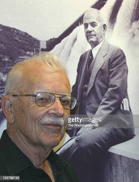 dams1 INPUTDATE 173650667 CREDIT Blaine Harden/STAFF/TWP wenatchee wa usa Wilfred Woods with a painting of his father Rufus a legendary newspaper...