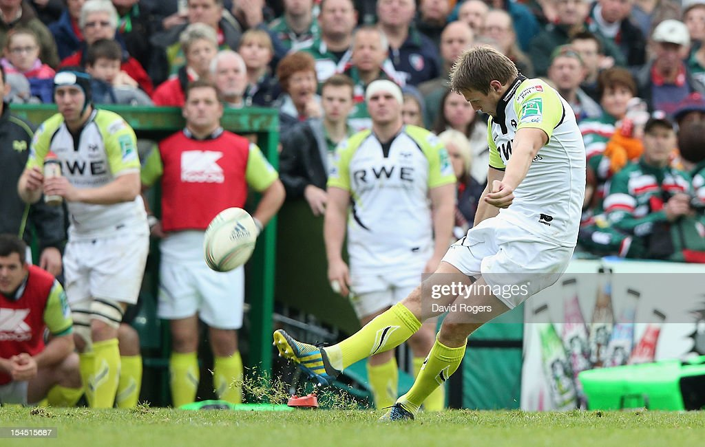 <a gi-track='captionPersonalityLinkClicked' href=/galleries/search?phrase=Dan+Biggar&family=editorial&specificpeople=5607224 ng-click='$event.stopPropagation()'>Dan Biggar</a> of the Ospreys kicks a penalty during the Heineken Cup match between Leicester Tigers and Ospreys at Welford Road on October 21, 2012 in Leicester, United Kingdom.