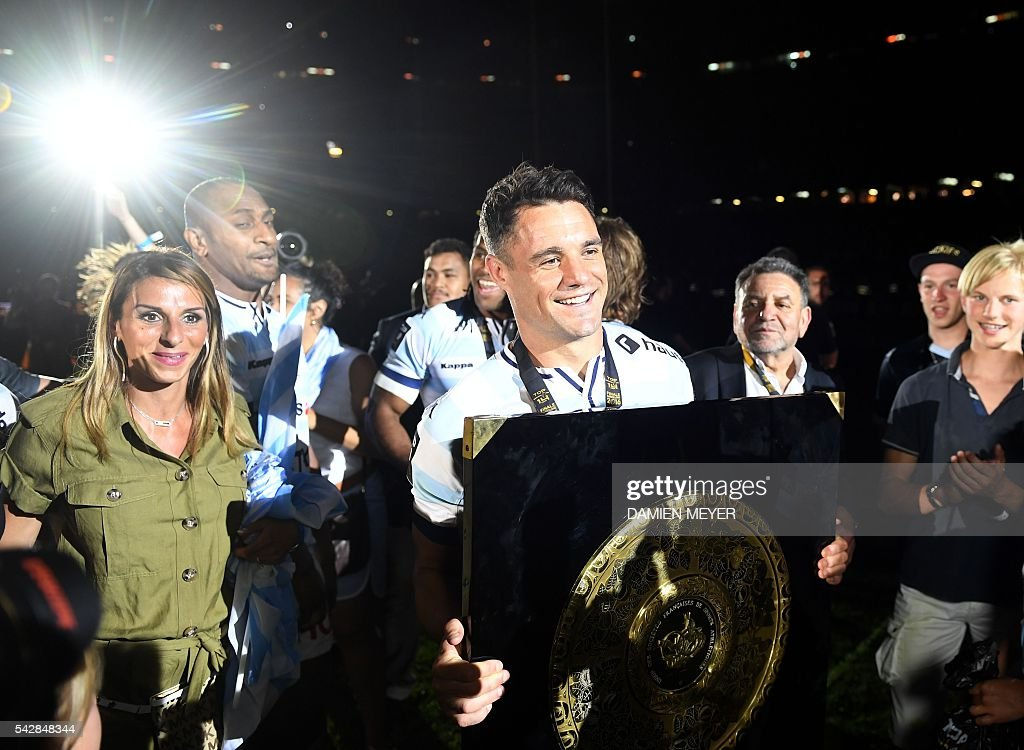 Dan Carter Racing Metro 92 New Zealand flyhalf (C) celebrates with the 'Bouclier de Brennus' (Brennus Shield) after winning the French Top 14 final rugby Union match Toulon vs Racing Metro 92 at the Camp Nou stadium in Barcelona on June 24, 2016. / AFP / DAMIEN