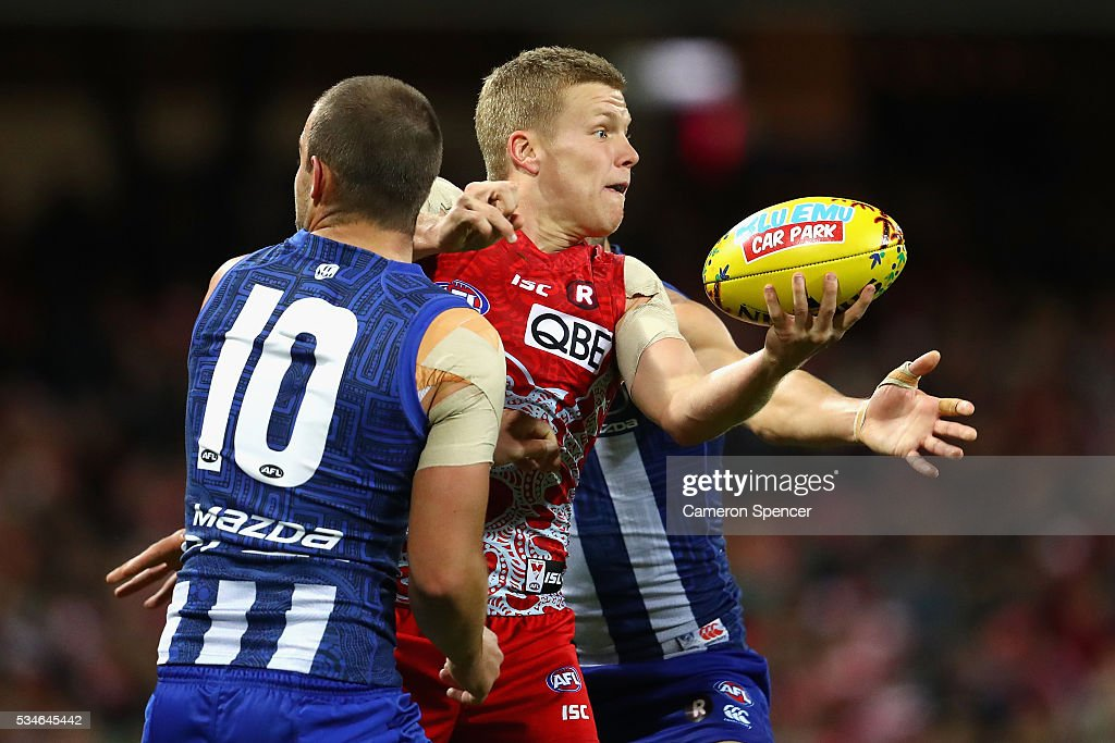 Dan Hannebery of the Swans handpasses during the round 10 AFL match between the Sydney Swans and the North Melbourne Kangaroos at Sydney Cricket Ground on May 27, 2016 in Sydney, Australia.