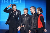 Dan Reynolds Ben McKee Dan Platzman and Wayne Sermon of music group Imagine Dragons accept the award for Favorite Artist Alternative Rock onstage at...