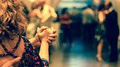 casal de mãos dadas dançando tango