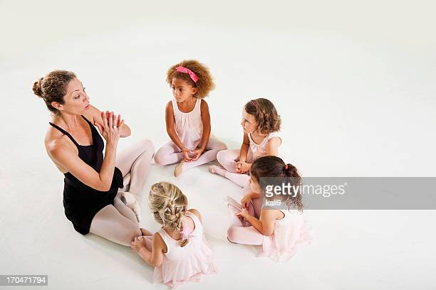 Dança professor com pouco ballerinas