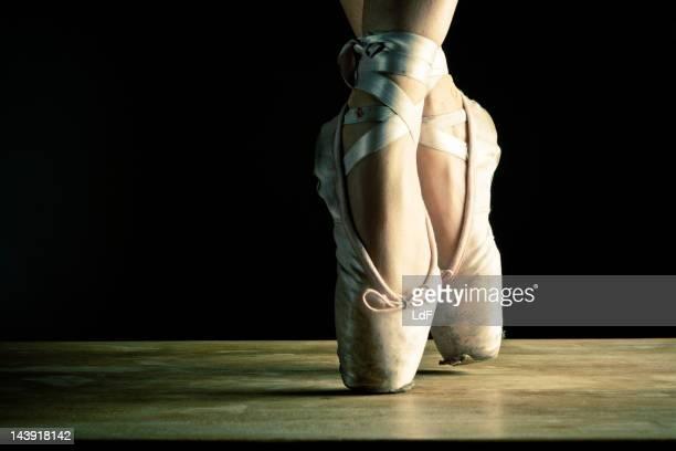 Ballerino in punta, primo piano sulla scena