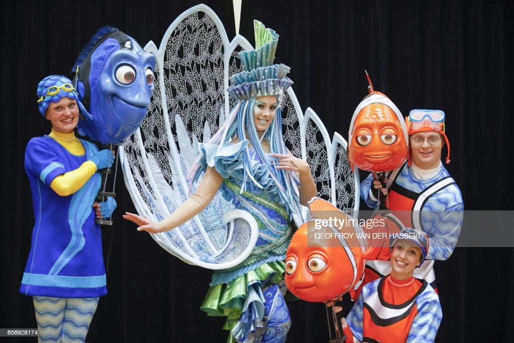 [Nouveau] Disney Stars on Parade (2017) - Page 39 Dancers-wearing-disney-characters-costumes-pose-on-march-20-2017-a-picture-id656928174