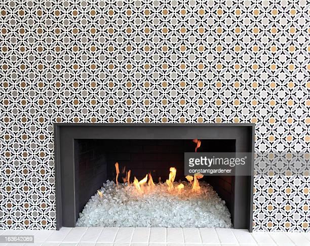 Danse flammes dans la cheminée moderne en verre