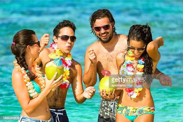 De danse. Groupe de jeunes s'amuser sur la plage tropicale