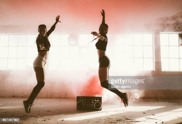 Dansen in rode rook