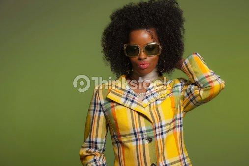 Tanz Im Retrostil Der 70er Jahre Mode Afrikanische Frau Mit
