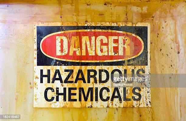 Pericolo segno pericolosi chimici su un cilindro