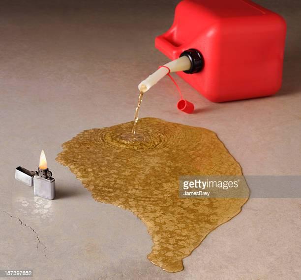 Pericolo; palloncino rosso Latta di benzina rovesciare con fuoco da vicino