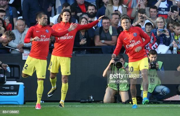 Dani Alves Edinson Cavani Neymar Jr of PSG warm up during the French Ligue 1 match between En Avant Guingamp and Paris Saint Germain at Stade de...