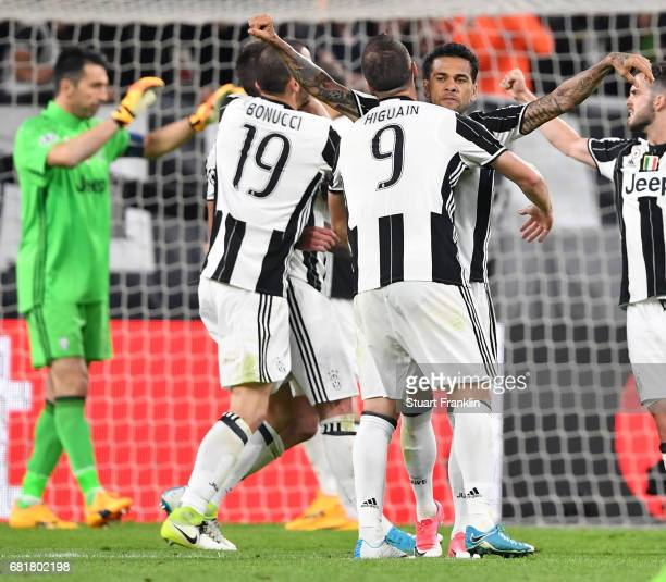 Dani Alves of Juventus celebrates with his teamates during the UEFA Champions League Semi Final second leg match between Juventus and AS Monaco at...