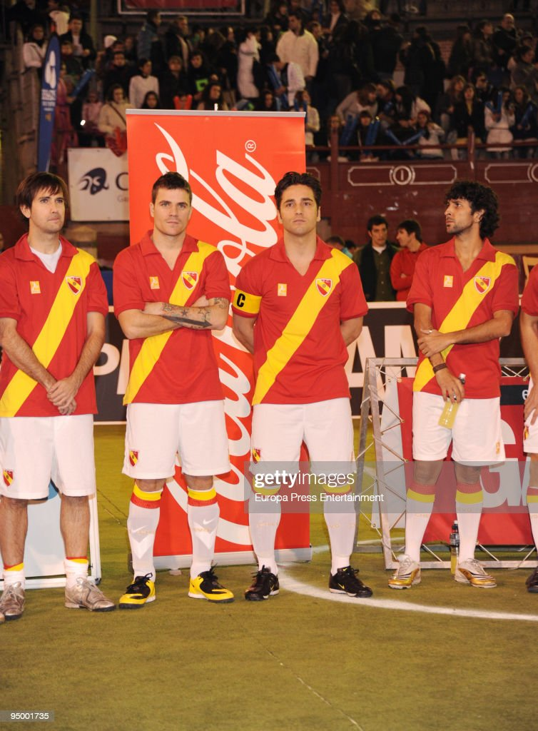 ¿Cuánto mide David Bustamante? - Estatura real: 1,73 - Peso AQUI - Real height Dani-martin-and-david-bustamante-seen-playing-during-a-charity-match-picture-id95001735
