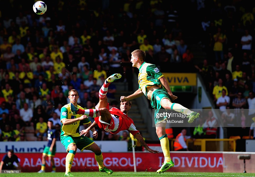 Dani Osvaldo of Southampton atempts a scissor kick during the Barclays Premier League match between Norwich City and Southampton at Carrow Road on August 31, 2013 in Norwich, England.
