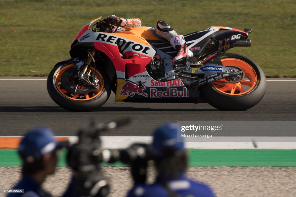 Dani Pedrosa of Spain and Repsol Honda Team rounds the bend during the MotoGP Tests In Valencia day 2 at Comunitat Valenciana Ricardo Tormo Circuit on November 15, 2017 in Valencia, Spain.