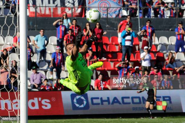 Daniel Azcona goalkeeper of Olimpia attempts to make a save during a match between Olimpia and Cerro Porteño as part of the 17th round of Torneo...