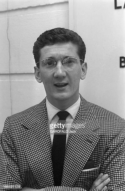 Daniel Cauchy Paris 4 Août 1956 Portrait de Daniel CAUCHY acteur Français portant des lunettes de vue une veste en pieddepoule