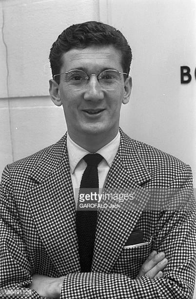 Daniel Cauchy Paris 4 Août 1956 Portrait de Daniel CAUCHY acteur Français portant des lunettes de vue une veste en pieddepoule souriant