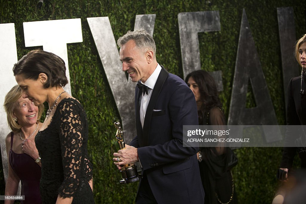 Daniel Day Lewis (C) carrying his Oscar for best actor arrives for the 2013 Vanity Fair Oscar Party on February 24, 2013 in Hollywood, California. AFP PHOTO / ADRIAN SANCHEZ-GONZALEZ