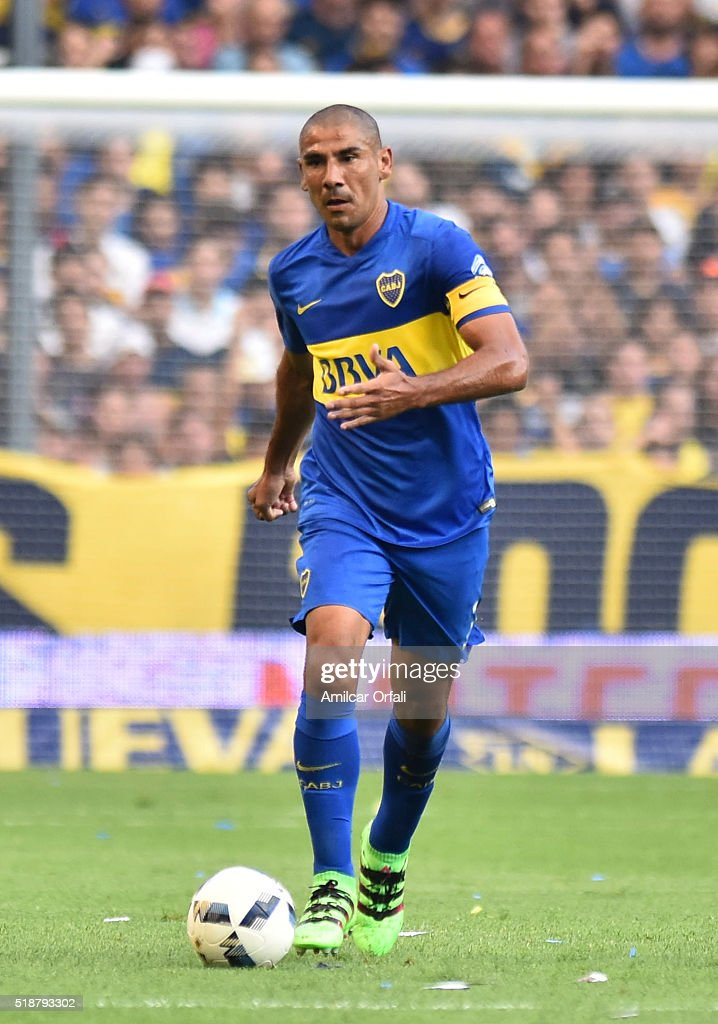 Daniel Diaz of Boca Juniors drives the ball during a match between Boca Juniors and Atletico Rafaela as part of 9th round of Torneo Transicion 2016 at Alberto J Armando Stadium on April 02, 2016 in Buenos Aires, Argentina.
