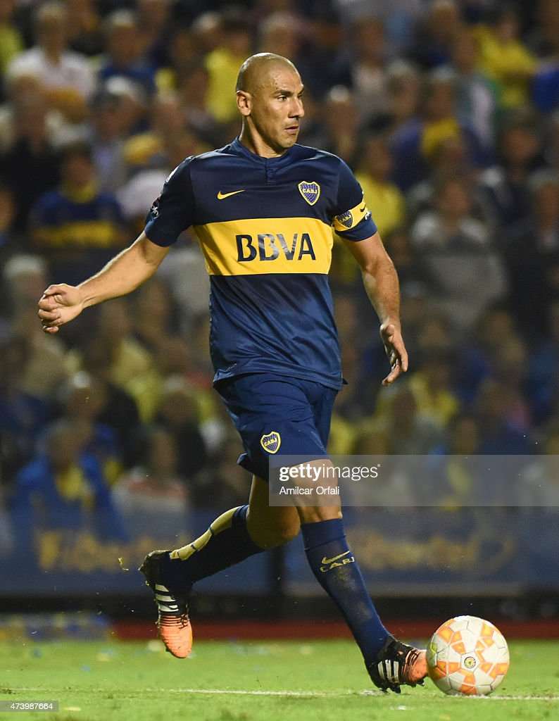Daniel Diaz of Boca Juniors drives the ball during a second leg match between Boca Juniors and River Plate as part of round of sixteen of Copa Bridgestone Libertadores 2015 at Alberto J. Armando Stadium on May 14, 2015 in Buenos Aires, Argentina.