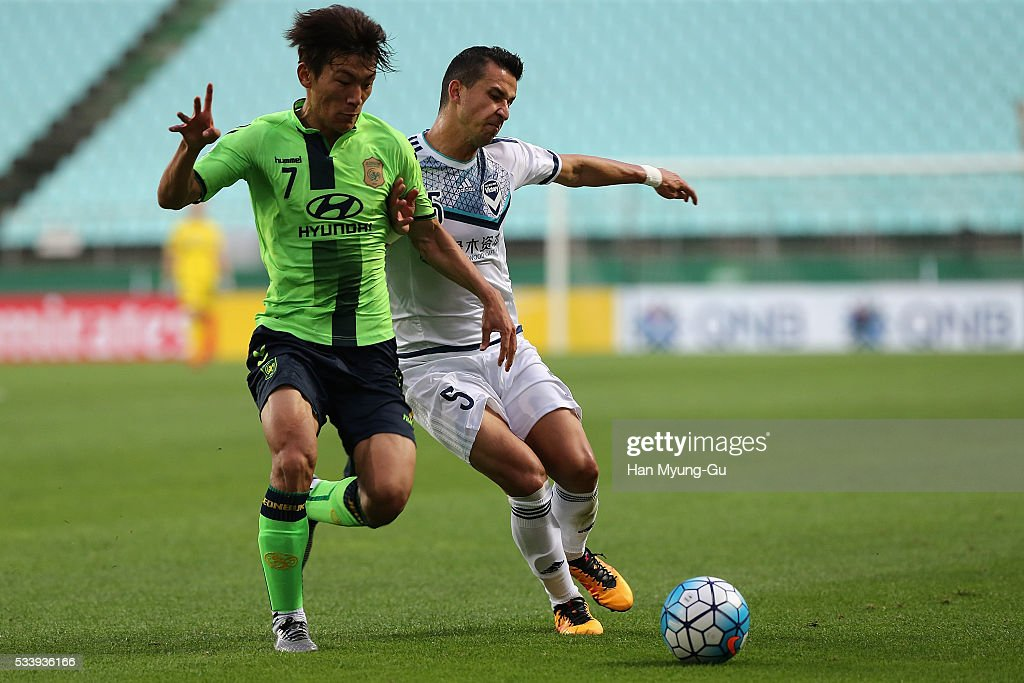 Daniel Georgievski of Melbourne Victory and Han Kyo-Won of Jeonbuk Hyundai Motors compete for the ball during the AFC Champions League Round Of 16 match between Jeonbuk Hyundai Motors and Melbourne Victory at Jeonju World Cup Stadium on May 24, 2016 in Jeonju, South Korea.