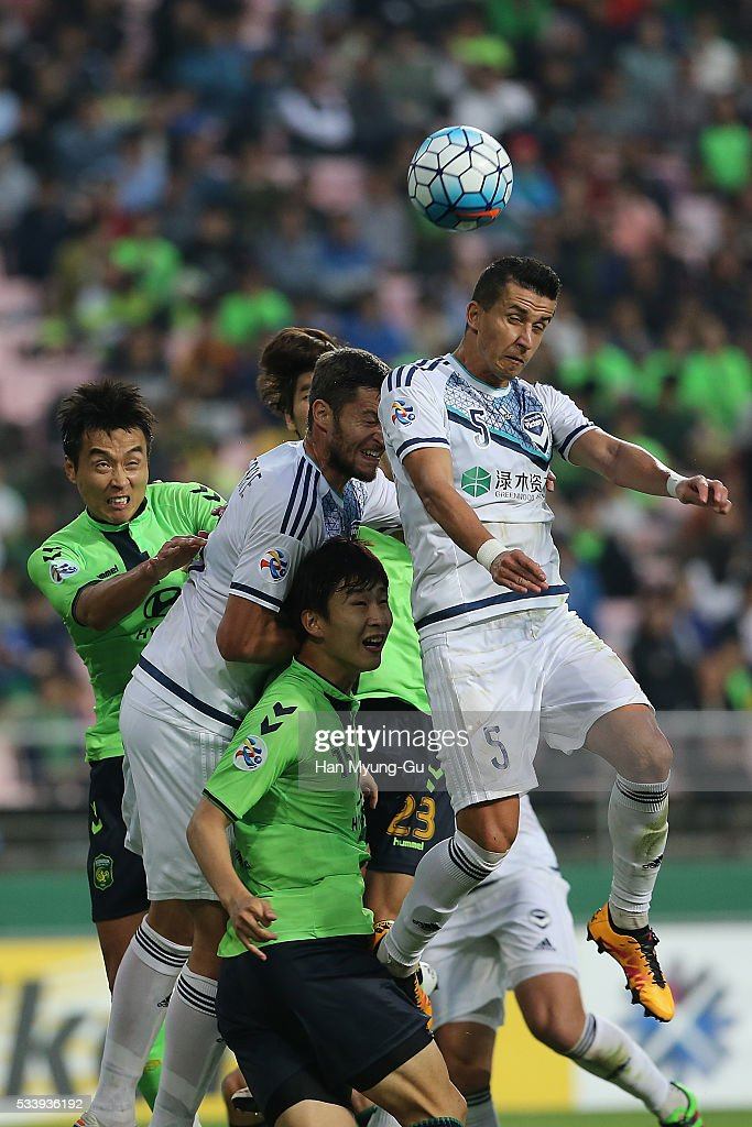 Daniel Georgievski of Melbourne Victory and Lim Jong-Eun of Jeonbuk Hyundai Motors compete for the ball during the AFC Champions League Round Of 16 match between Jeonbuk Hyundai Motors and Melbourne Victory at Jeonju World Cup Stadium on May 24, 2016 in Jeonju, South Korea.
