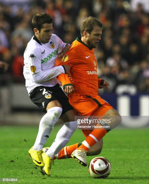 Daniel Jensen of Bremen battles for the ball with Jordi Alba of Valencia during the UEFA Europa League round of 16 first leg match between Valencia...