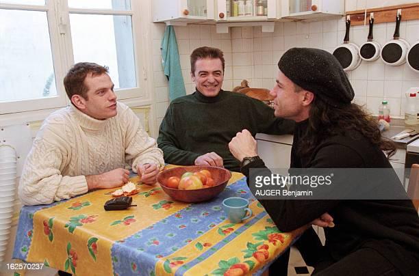 Daniel Lavoie Garou And Bruno Pelletier In Paris Paris décembre 1998 en marge du spectacle les chanteurs de la comédie musicale 'NotreDame de Paris'...