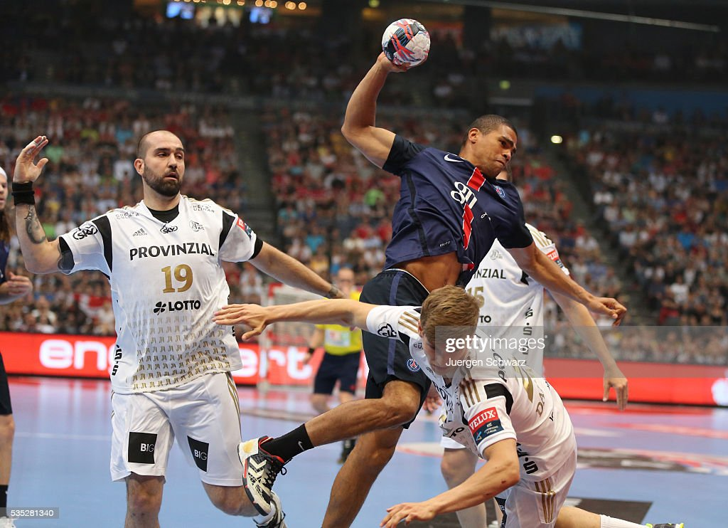<a gi-track='captionPersonalityLinkClicked' href=/galleries/search?phrase=Daniel+Narcisse&family=editorial&specificpeople=791032 ng-click='$event.stopPropagation()'>Daniel Narcisse</a> of Paris (C) throws the ball beside Igor Anic of Kiel (L) during the third place play-off at the EHF Final4 between Paris St.-Germain and THW Kiel on May 29, 2016 in Cologne, Germany.