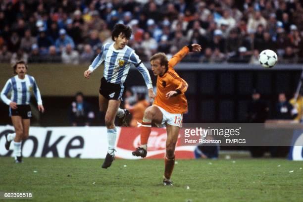 Daniel Passarella Argentina captain and Johan Neeskens Holland