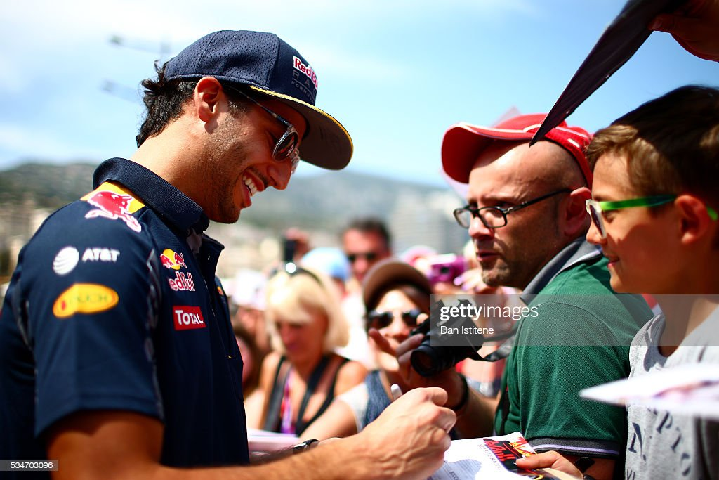 <a gi-track='captionPersonalityLinkClicked' href=/galleries/search?phrase=Daniel+Ricciardo&family=editorial&specificpeople=6547569 ng-click='$event.stopPropagation()'>Daniel Ricciardo</a> of Australia and Red Bull Racing signs autographs for fans in the pit lane during previews to the Monaco Formula One Grand Prix at Circuit de Monaco on May 27, 2016 in Monte-Carlo, Monaco.