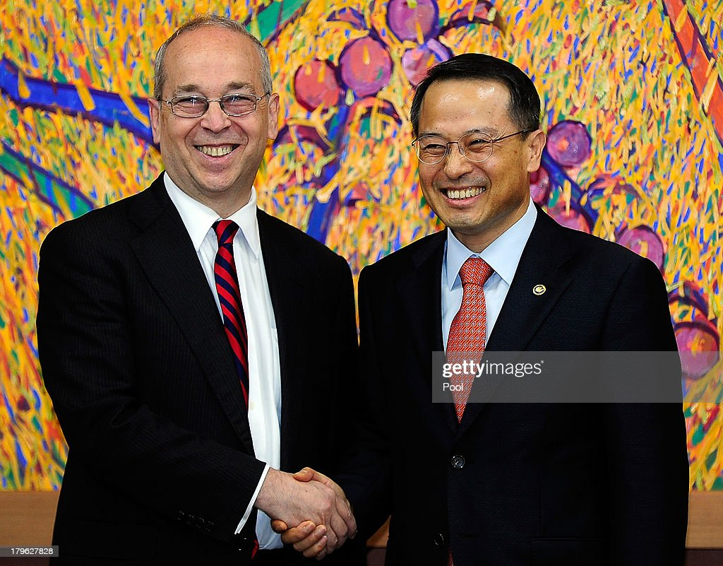 Daniel Russel (L) the U.S. assistant secretary of state for East Asian and Pacific affairs, shakes hands with with Kim Kyou-Hyun (R), South Korea's vice foreign minister during their meeting on September 6, 2013 in Seoul, South Korea. The two met during Russel's three-day stay in South Korea to discuss issues including efforts to denuclearize North Korea.