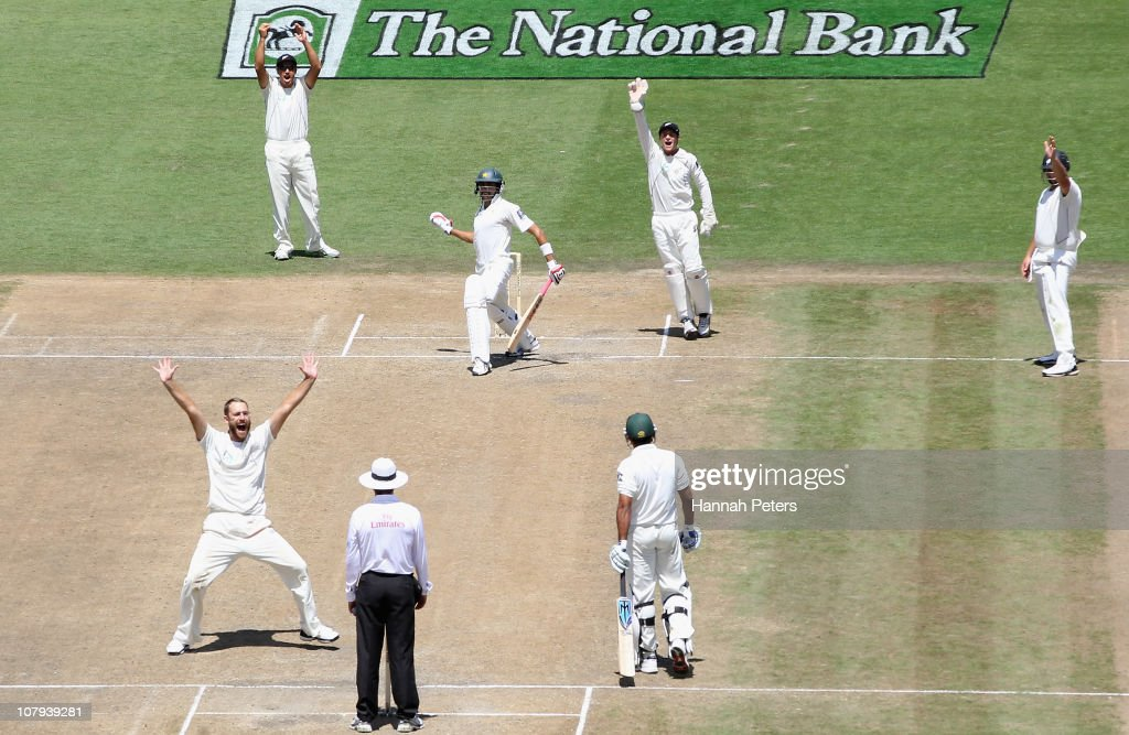 Daniel Vettori of the Black Caps sucessfully appeals for the wicket of Umar Gul of Pakistan during day three of the First Test match between the New...