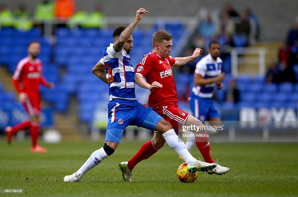 Daniel Williams of Reading battles for the ball with Ben Osborn of Nottingham Forest during the Sky Bet Championship match between Reading and Nottingham Forest at Madejski Stadium on February 28, 2015 in Reading, England.