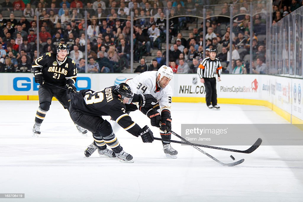 <a gi-track='captionPersonalityLinkClicked' href=/galleries/search?phrase=Daniel+Winnik&family=editorial&specificpeople=2529214 ng-click='$event.stopPropagation()'>Daniel Winnik</a> #34 of the Anaheim Ducks tries to keep the puck away against <a gi-track='captionPersonalityLinkClicked' href=/galleries/search?phrase=Alex+Goligoski&family=editorial&specificpeople=791866 ng-click='$event.stopPropagation()'>Alex Goligoski</a> #33 of the Dallas Stars at the American Airlines Center on March 14, 2013 in Dallas, Texas.