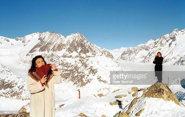 Daniela de Santos Edward Simoni Kanton Wallis/Schweiz 'Bettmeralp' Panflöten Berge Schnee Winter Gebirge Mantel Musikinstrument A