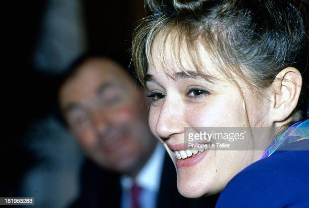 Daniela Lumbroso TF1 presenter during a dinner in 1990 Paris France Daniela Lumbroso présentatrice à TF1 au cours d'un diner Paris France